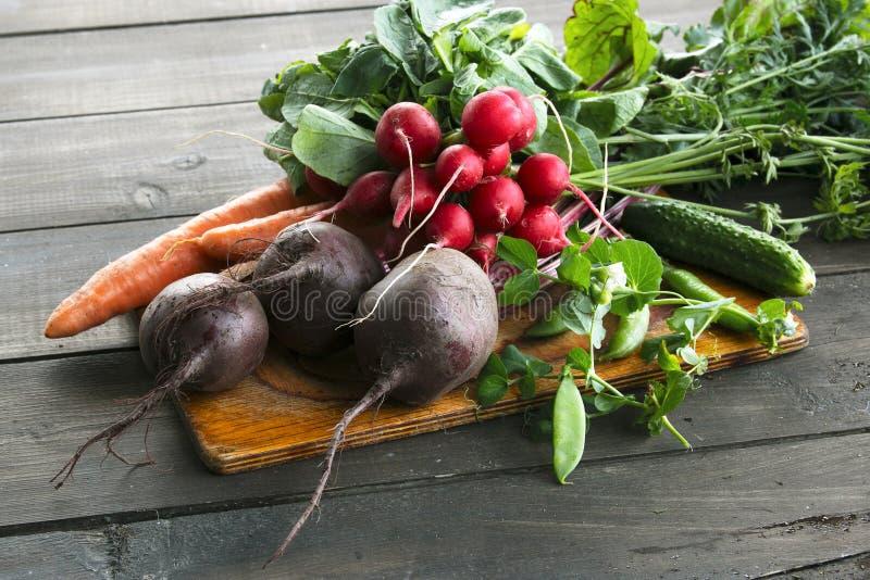 在木背景的新鲜蔬菜 免版税库存图片
