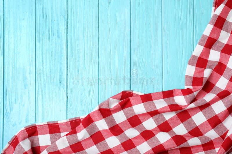 在木背景的方格的野餐毯子 r 免版税库存图片