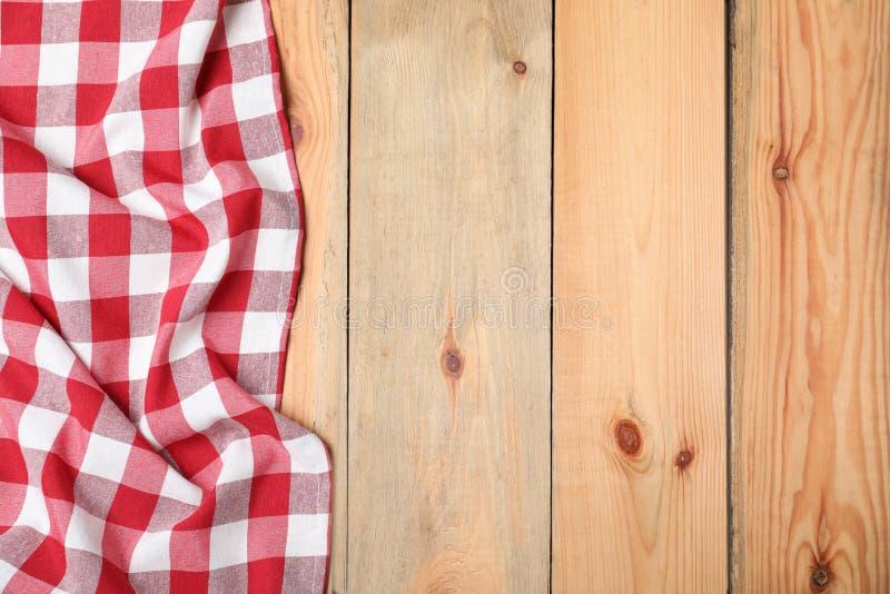 在木背景的方格的野餐毯子 r 库存照片