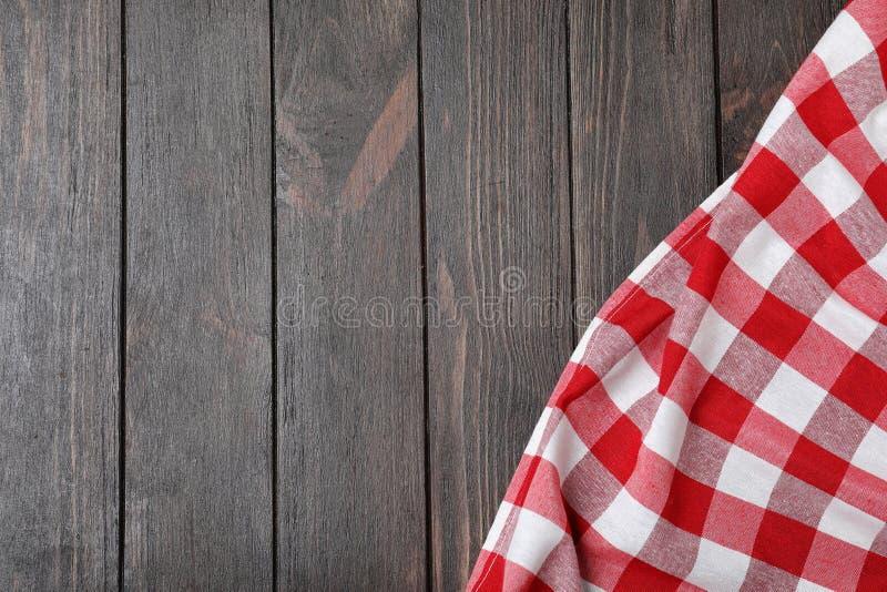 在木背景的方格的野餐毯子 r 图库摄影