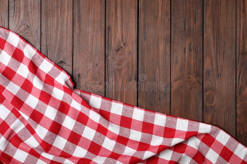 在木背景的方格的野餐毯子 r 免版税图库摄影