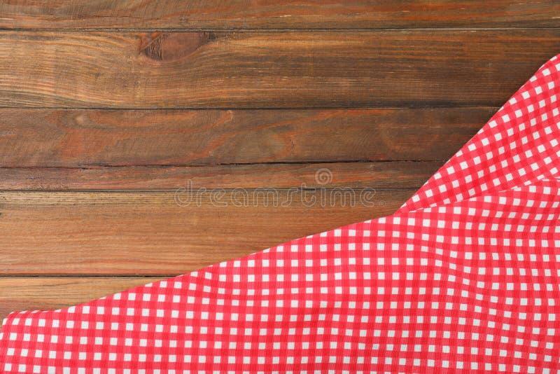 在木背景的方格的野餐毯子 r 库存图片