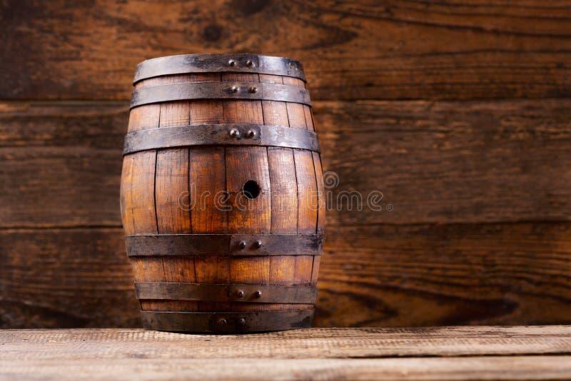 在木背景的木桶 库存照片