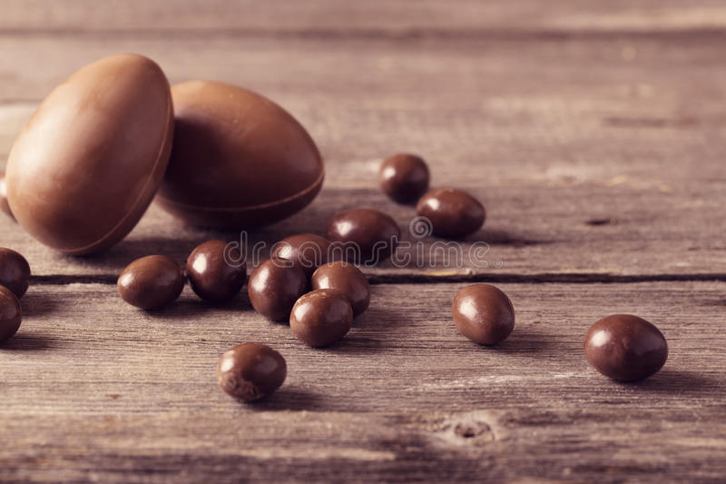 在木背景的朱古力蛋 免版税库存图片