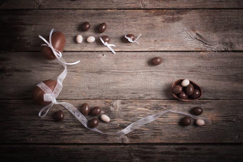 Download 在木背景的朱古力蛋 库存照片. 图片 包括有 符号, 食物, 设计, 表面, 年龄, 欢乐, 鸡蛋, 复活节 - 62534956