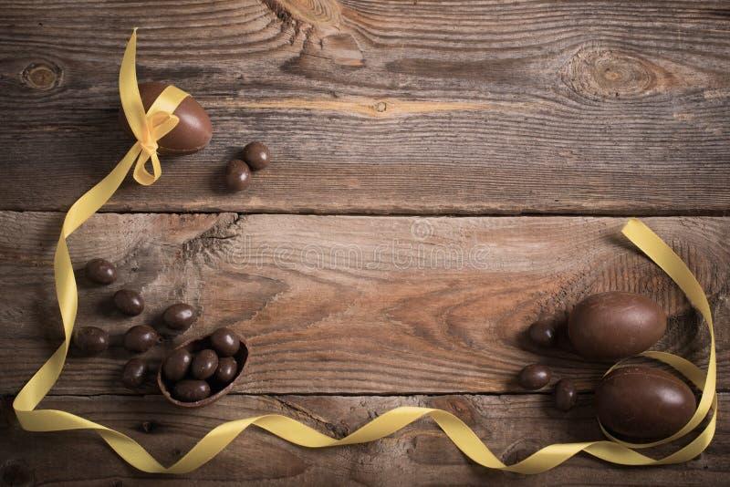 Download 在木背景的朱古力蛋 库存图片. 图片 包括有 框架, browne, brunching, 糖果, 食物 - 62535733