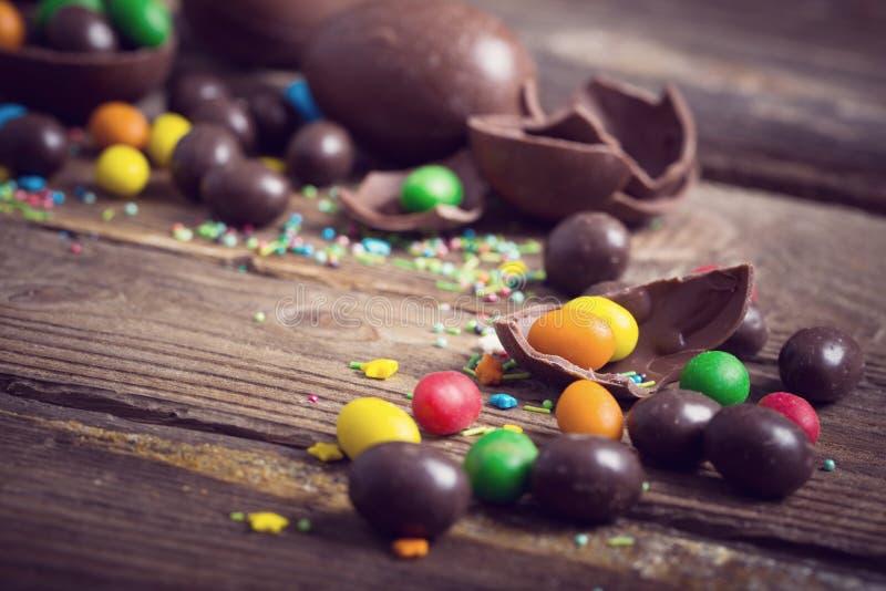 Download 在木背景的朱古力蛋 库存照片. 图片 包括有 表面, 形状, 愉快, 欢乐, 巧克力, browne, 红色 - 62536032