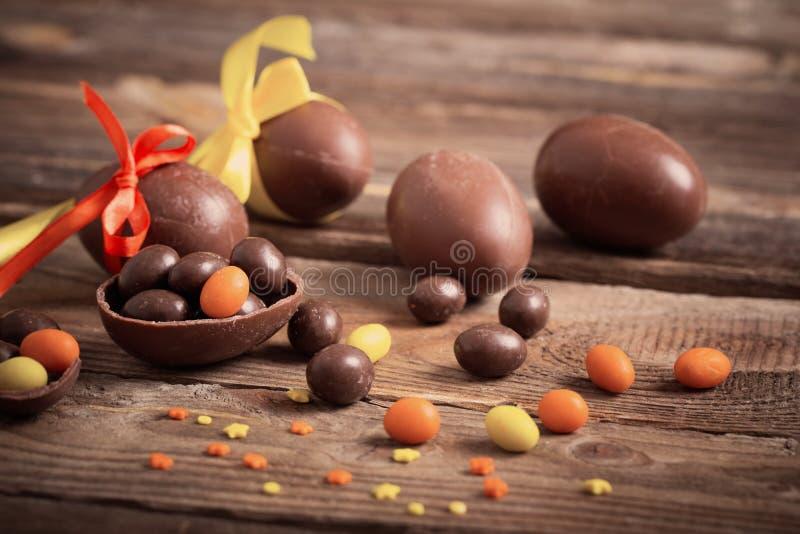 Download 在木背景的朱古力蛋 库存照片. 图片 包括有 季节性, browne, 背包, 符号, 问候, 蜜钱, 鸡蛋 - 62537288