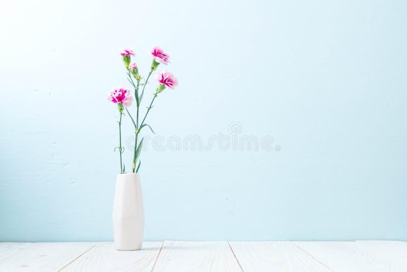 在木背景的桃红色春天花 免版税库存图片