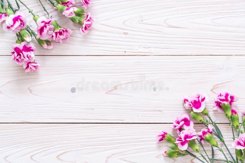 在木背景的桃红色春天花 免版税库存照片