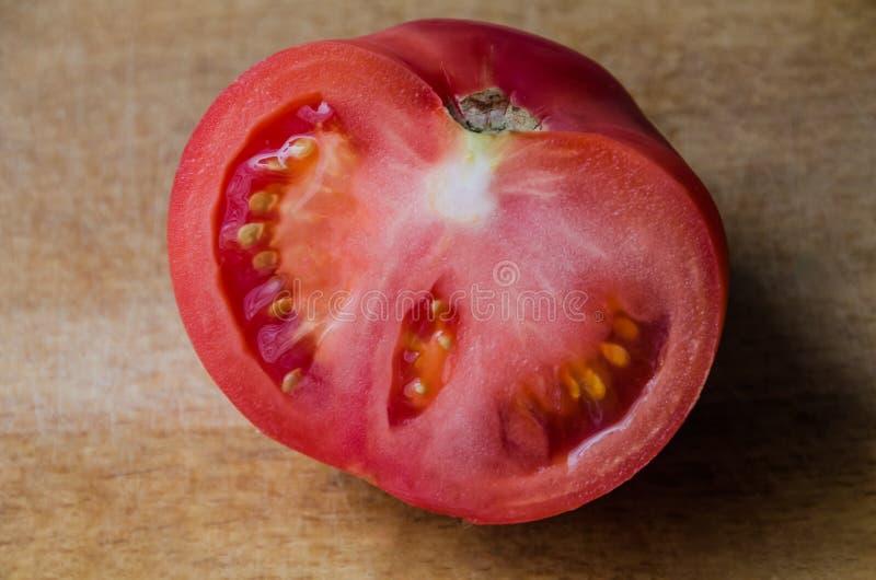 在木背景的桃红色蕃茄 免版税图库摄影