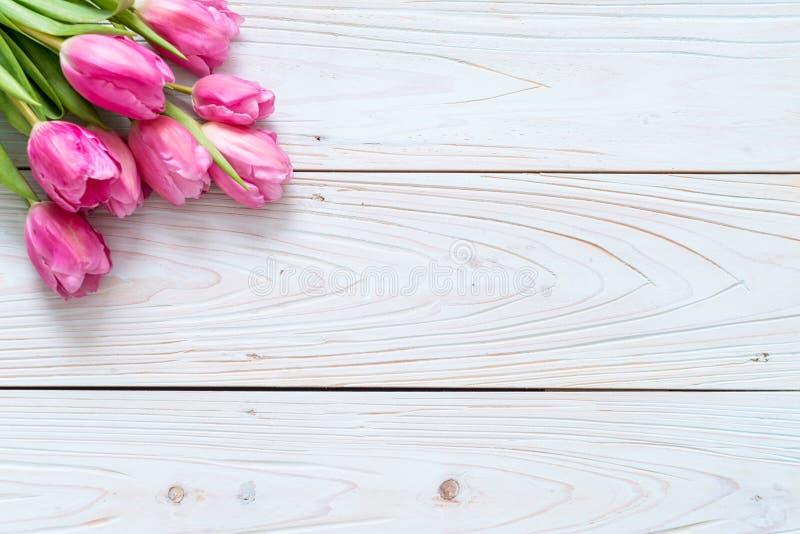 在木背景的桃红色郁金香花 库存照片