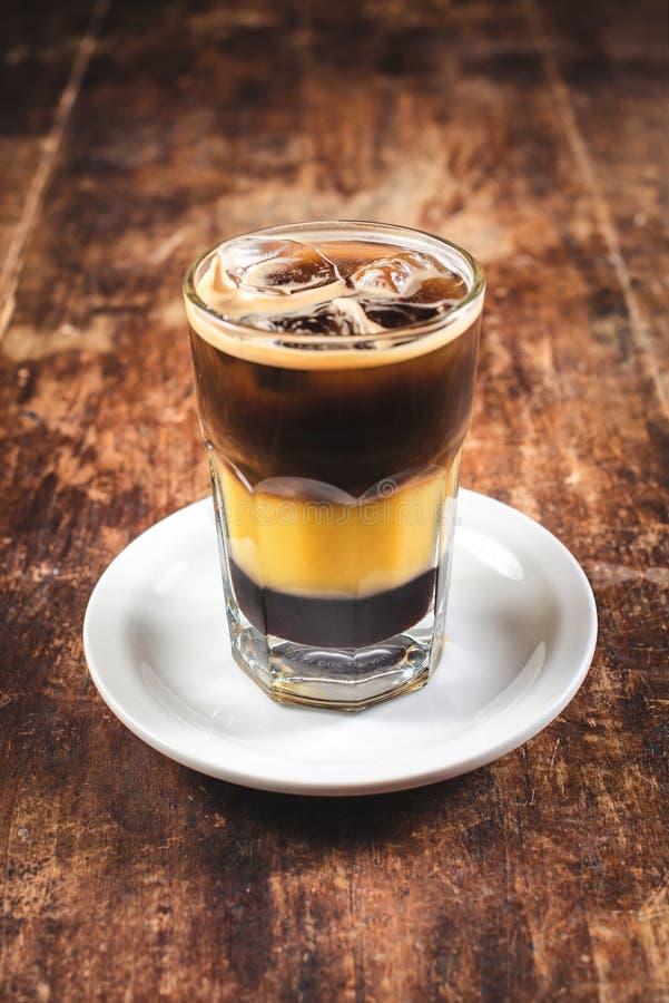 在木背景的桔子和咖啡鸡尾酒 浅深度的域 免版税图库摄影