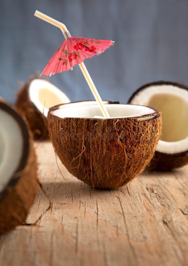 在木背景的椰子 免版税图库摄影