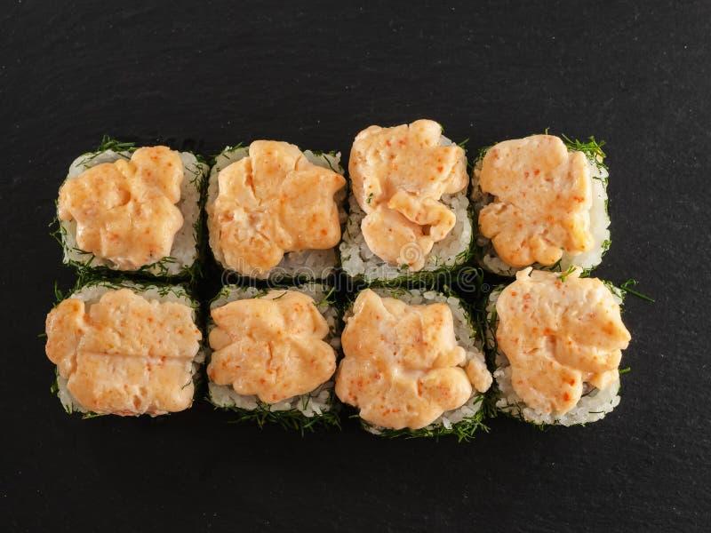 在木背景的灰色石板岩寿司卷 免版税库存图片
