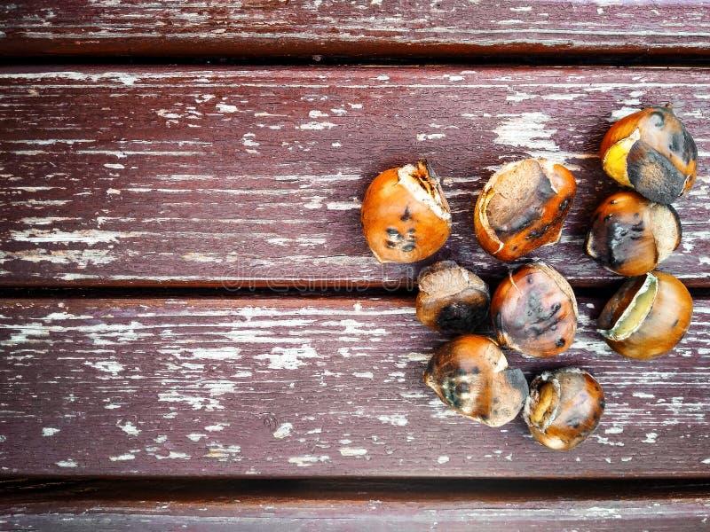在木背景的烤栗子 免版税库存图片