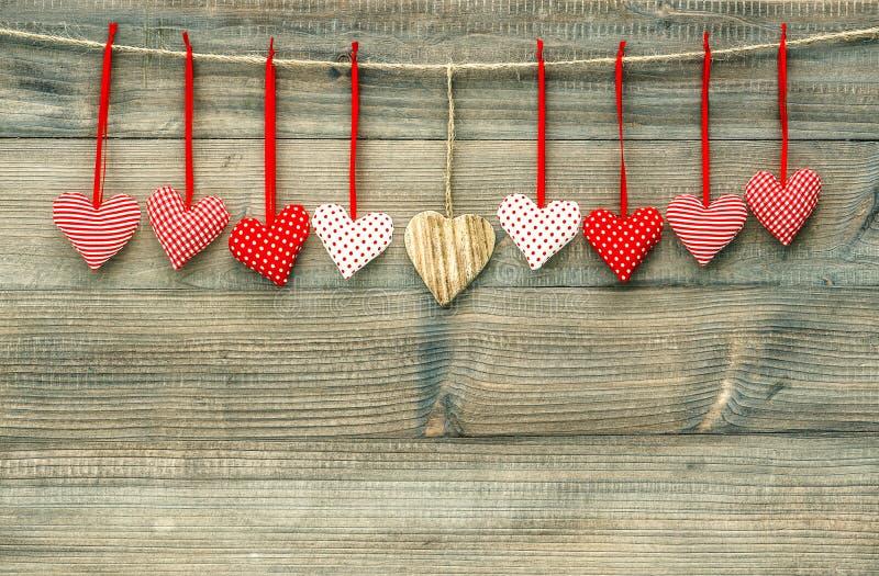 在木背景的甜红色心脏 红色上升了 免版税库存图片