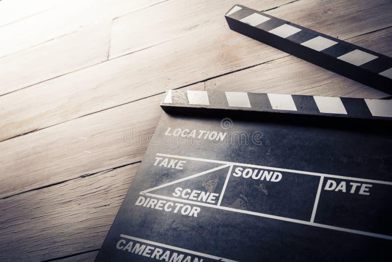 在木背景的电影板岩 免版税库存照片