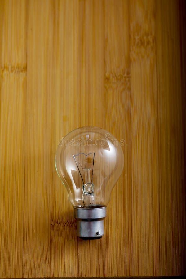 在木背景的电电灯泡 免版税图库摄影