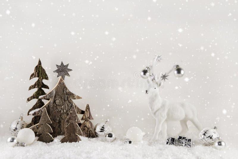 在木背景的白色和棕色圣诞节装饰与r 库存照片