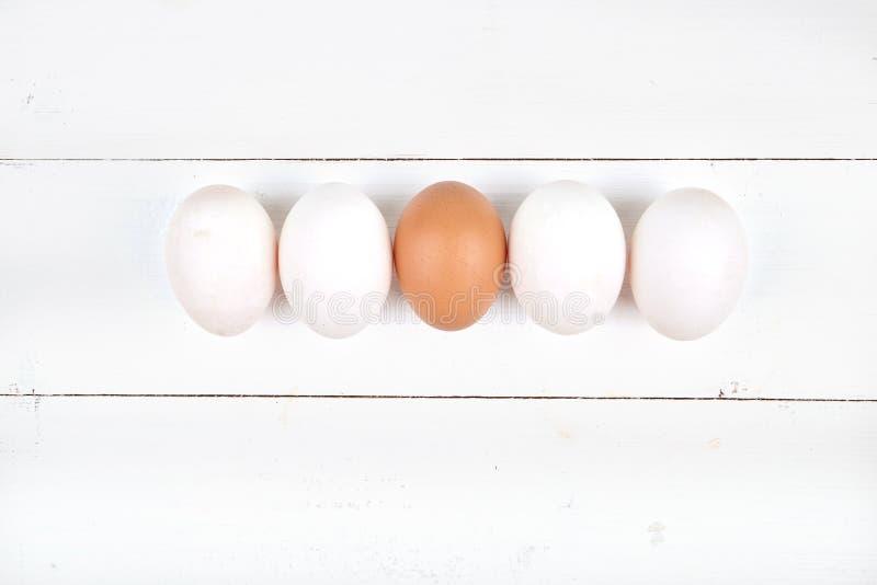 在木背景的白鸡蛋 免版税库存照片
