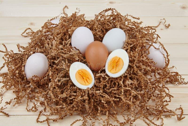 在木背景的白鸡蛋 库存照片