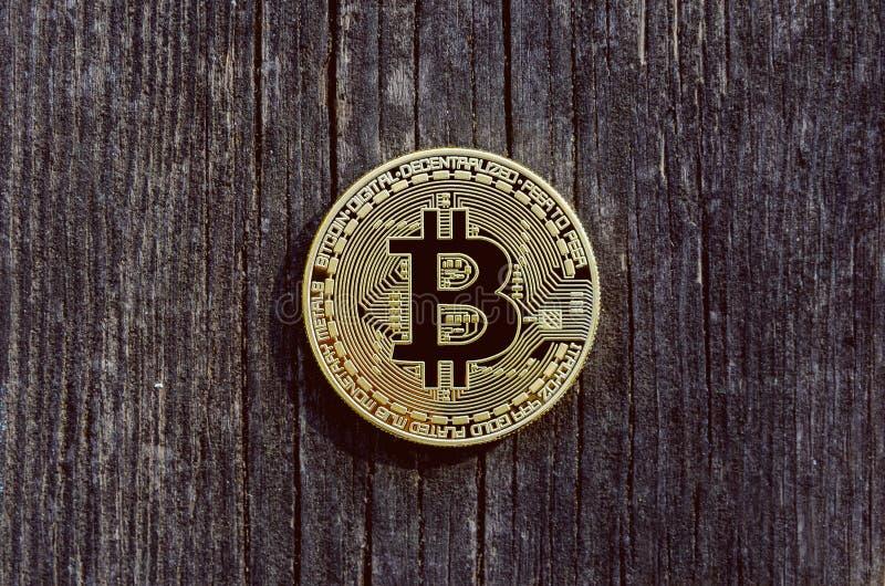 在木背景的硬币 Bitcoins隐藏货币 免版税库存照片