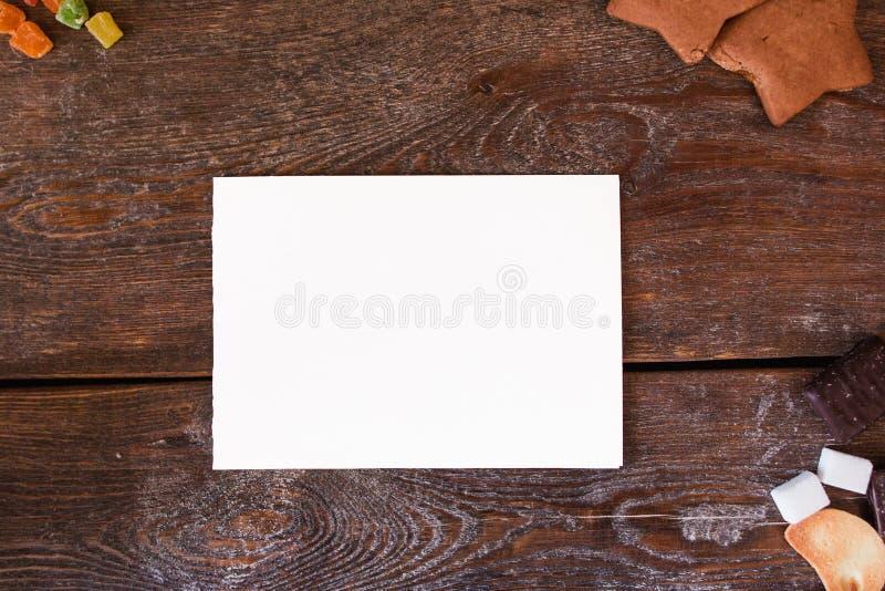 在木背景的空插件用曲奇饼 库存照片