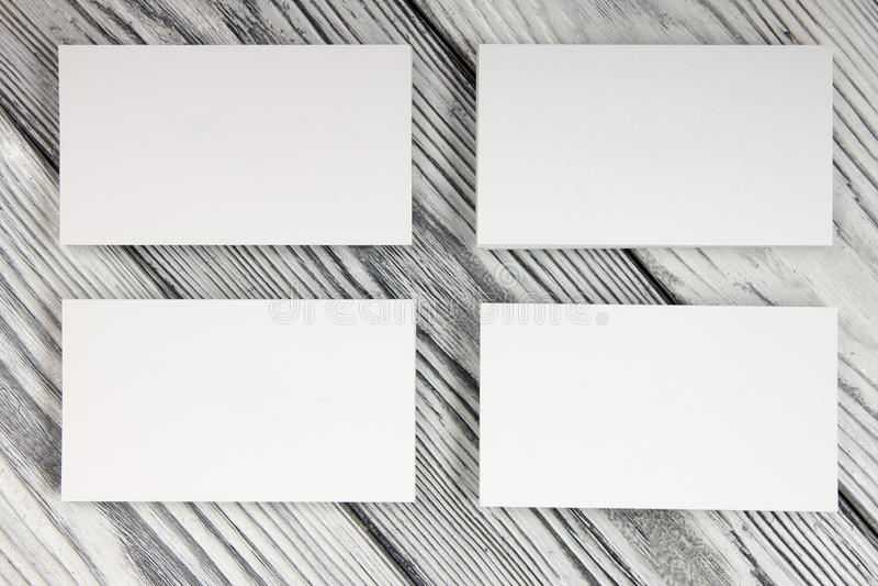 在木背景的空白的白色名片 库存图片