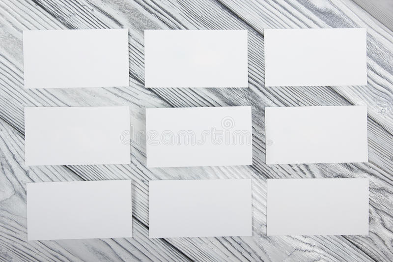 在木背景的空白的白色名片 库存照片