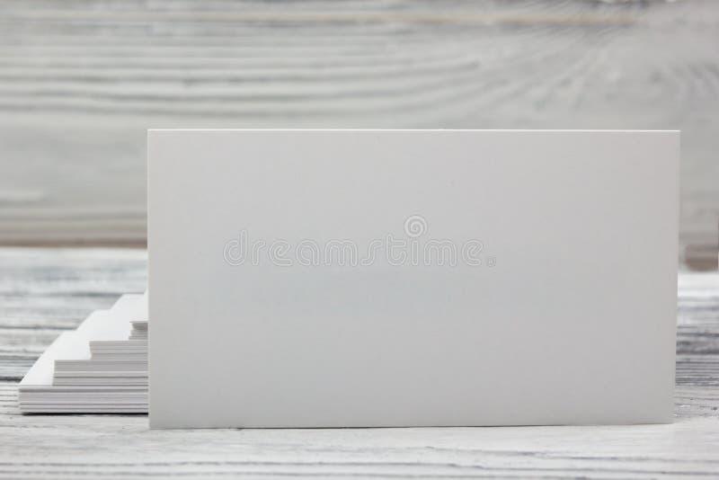 在木背景的空白的白色名片 免版税库存图片