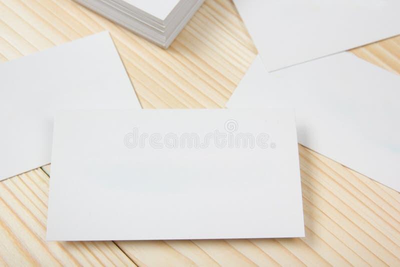 在木背景的空白的白色名片 免版税库存照片