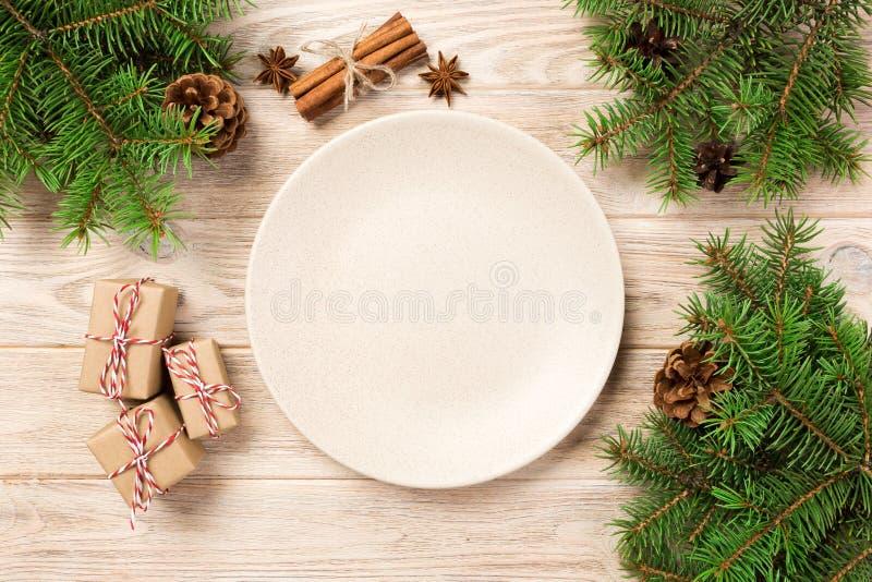 在木背景的空的白色表面无光泽的板材 圣诞装饰,圆的盘 概念新年度 图库摄影