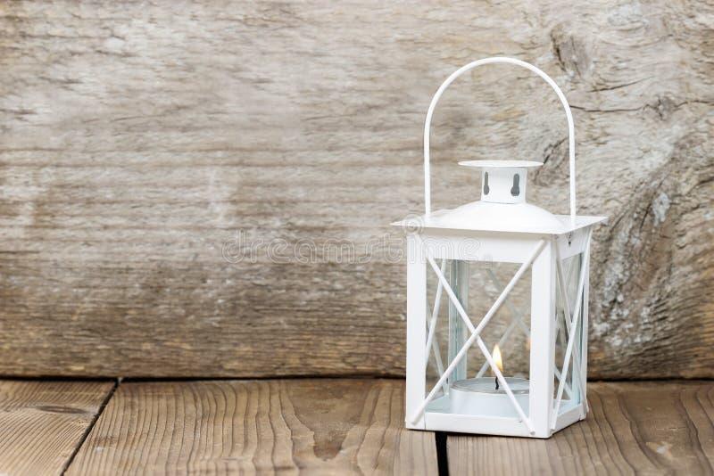 在木背景的简单的白色灯笼 库存图片