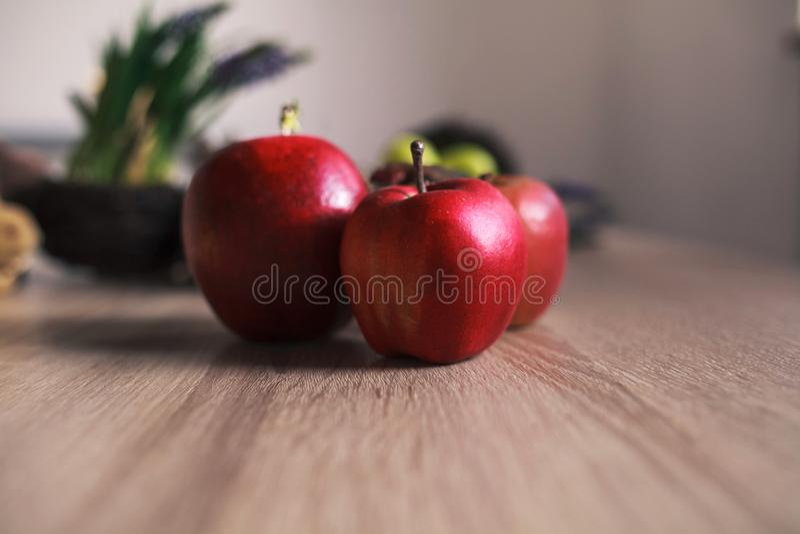 在木背景的红色大苹果 免版税图库摄影