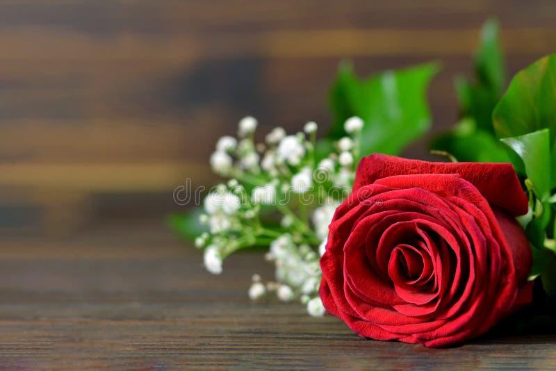 在木背景的红色玫瑰 婚姻的花 免版税库存照片