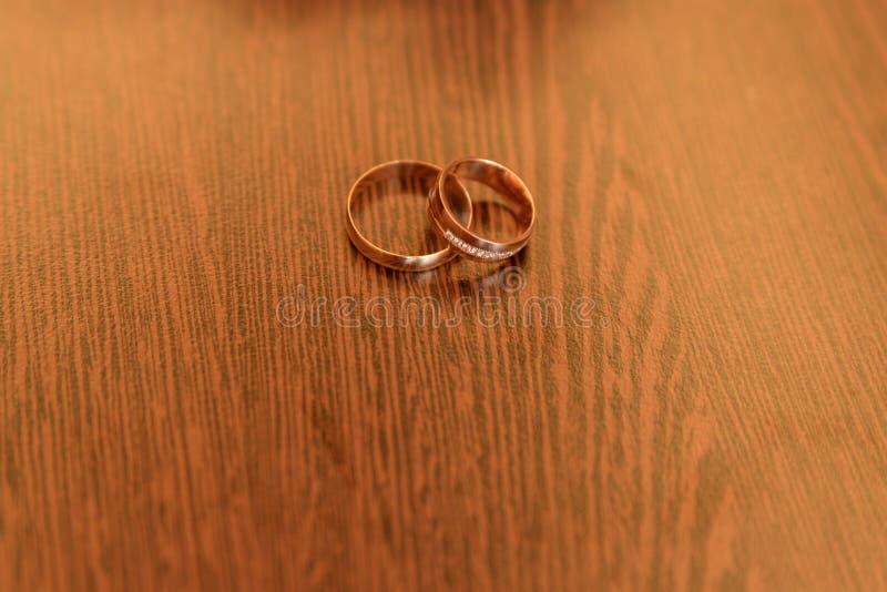 在木背景的结婚戒指与拷贝空间 爱和婚姻的概念 库存照片