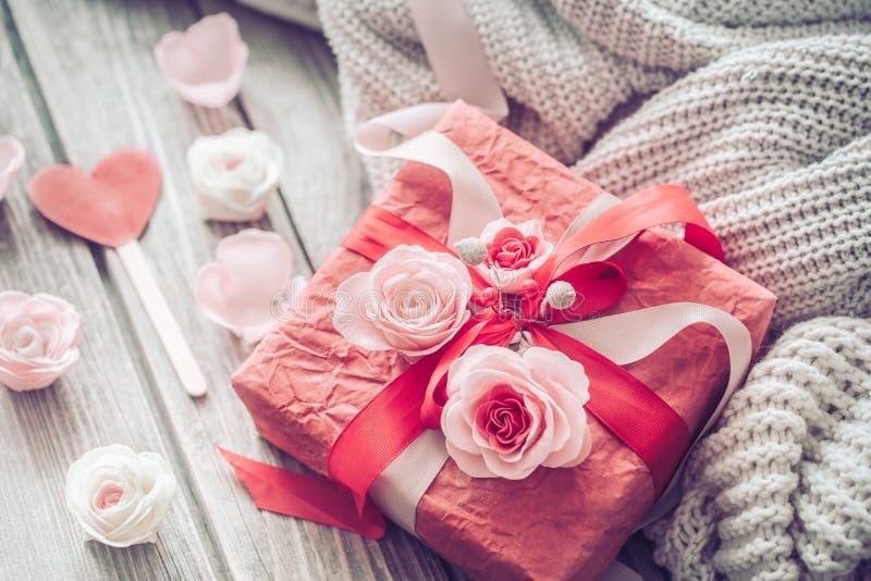 在木背景的美丽的红色礼物盒 库存照片