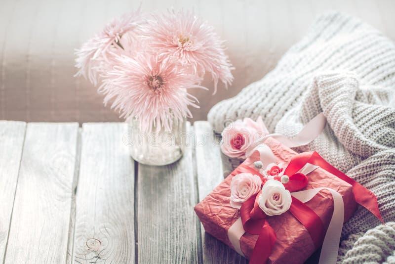 在木背景的美丽的红色礼物盒 免版税库存图片