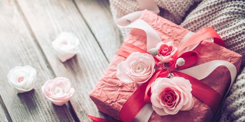 在木背景的美丽的红色礼物盒 免版税库存照片