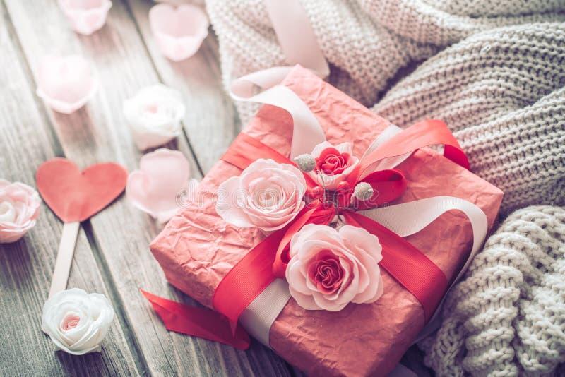 在木背景的美丽的红色礼物盒 库存图片