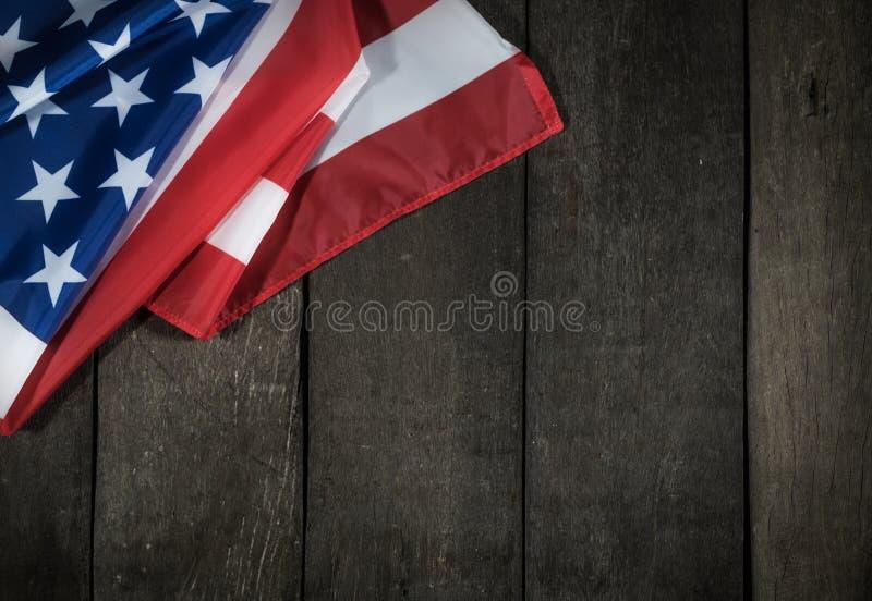 在木背景的美国国旗阵亡将士纪念日或第4的7月 免版税库存图片