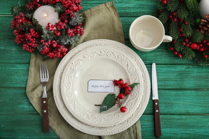 在木背景的美好的圣诞节桌设置 免版税库存图片