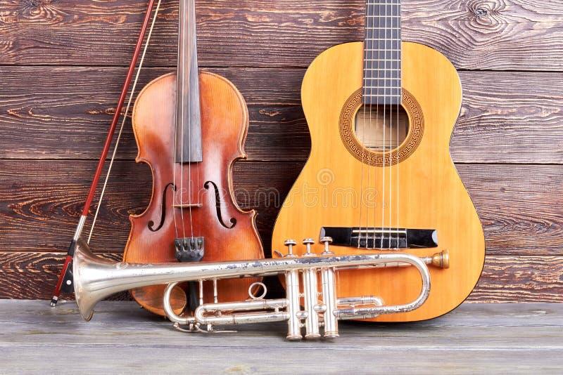 在木背景的老乐器 库存照片