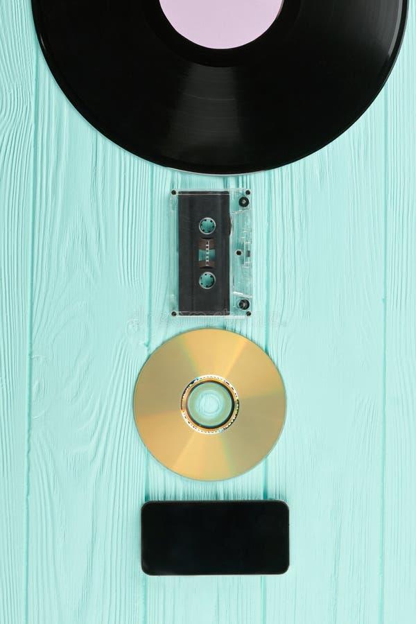 在木背景的老和现代技术 免版税库存图片