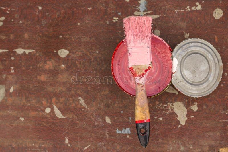 在木背景的老桃红色画笔与油漆污点 r 库存图片
