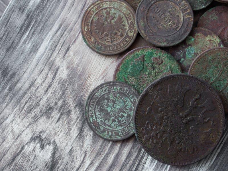 在木背景的老硬币 库存图片