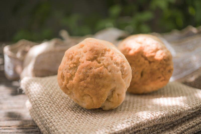 在木背景的自创新鲜的经典烤饼 库存照片