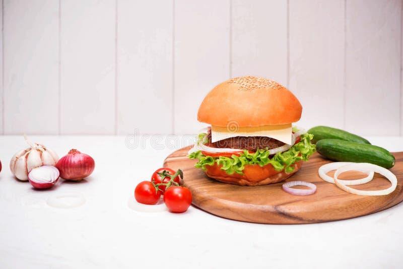 在木背景的自创BBQ汉堡 免版税库存图片