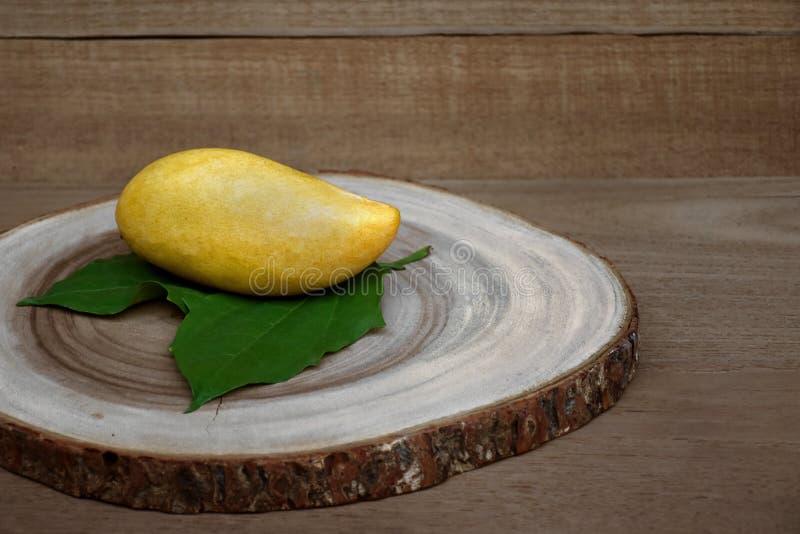 在木背景的芒果热带水果 免版税库存图片